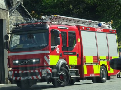 north wales fire  rescue volvo flemergency  pumping