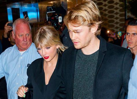 Taylor Swift e o namorado estão morando juntos em Londres ...
