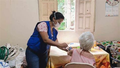 Inédito no país, idosos já recebem vacina contra a gripe ...