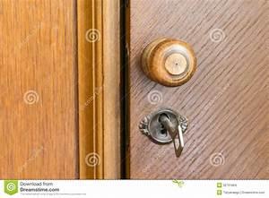 Poignée De Porte En Bois : poign e et cl de porte en bois dans un trou de la serrure photo stock image du vieux ~ Melissatoandfro.com Idées de Décoration
