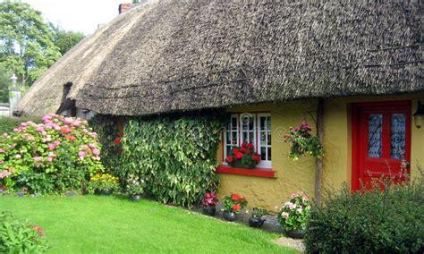 cottage irlandesi tradizionali irlandesi cottage immagine stock