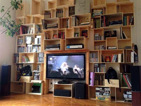 libreria con cassette di legno libreria con delle cassette di legno arredamento fai da te