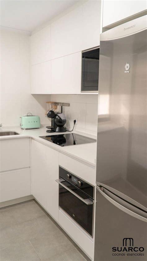 cocina blanca pequena en forma de   encimera de cocina