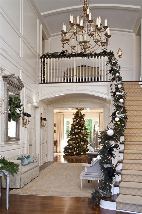 Treppe Weihnachtlich Dekorieren by Festive Staircases And Entryways Traditional Home