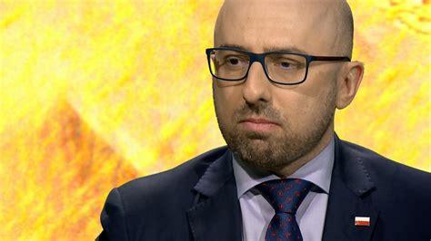 W wypadku na działce w miejscowości zajezierce (woj. Łapiński w Piaskiem po oczach: pani prezydentowa nie jest politykiem - TVN24