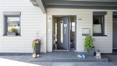 eingangsbereich gestalten aussen blockhaus mit lichtblicken fertighausscout de