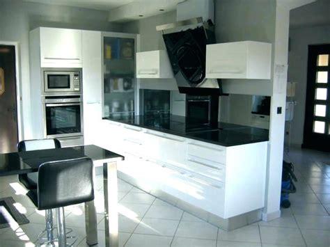 cuisine blanc brillant  plan de travail noir atwebster