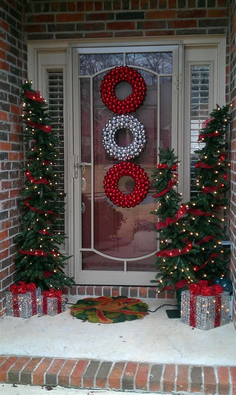 This is a really easy design to work with in your adding fall flowers to both the exterior and outside to your home is another top trend for fall 2019. 37 Beautiful Christmas Front Door Decor Ideas | Interior God