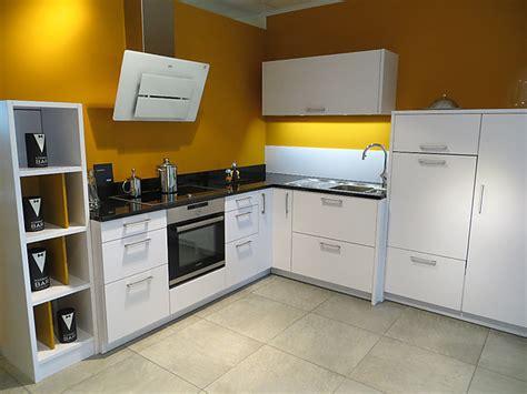 küche mit schwarzer arbeitsplatte leicht musterk 252 che elegante wei 223 e mattlack k 252 che mit schwarzer granit arbeitsplatte