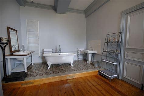 baignoire chambre suites spacieuse et chambres confortables pour séjour de