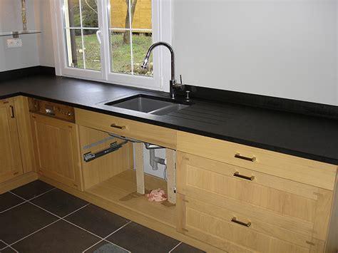cuisine granit noir plan de travail cuisine noir noir et inox en plan de