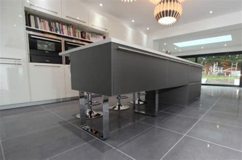 luminaire ilot cuisine cuisine gris anthracite 56 idées pour une cuisine chic