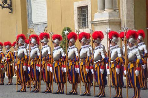 au bureau la garde tout savoir sur les gardes suisses the pope pie xiii