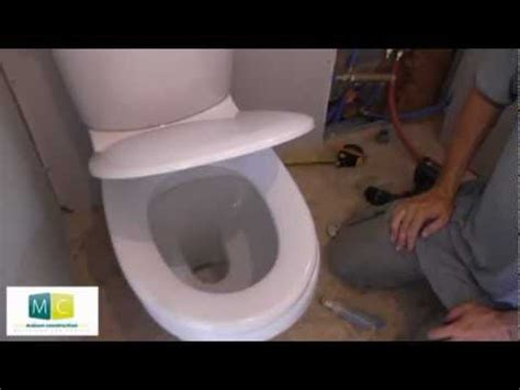 pose wc installation toilettes avec chasse d eau laying a toilet