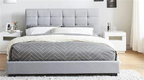 chambre 160x200 lit adulte avec tête de lit capitonnée en tissu gris clair