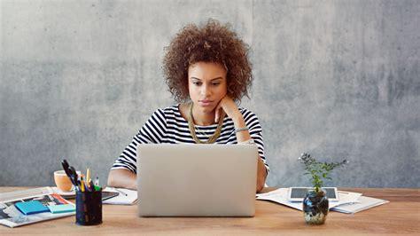 bureau femme lire les mails à distance est un frein au bien être au