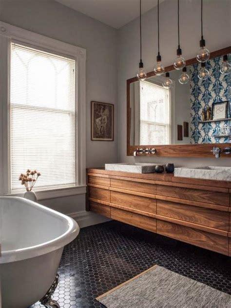 la cuisine dans le bain le carrelage noir entre dans la salle de bain et la cuisine