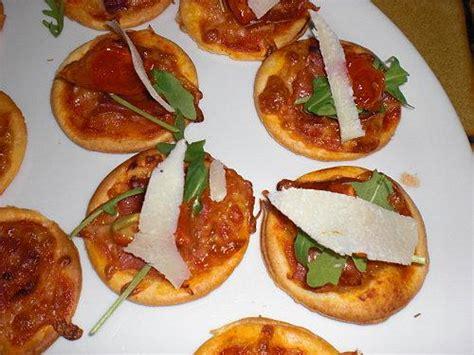 mes minis pizza au saumon au chorizo au gorgonzola et jambon de parme roquette parmesan et