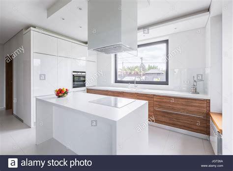 Moderne, Weisse Küche Mit Insel Und Lange Arbeitsplatte
