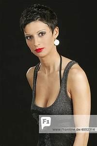 Sehr Kurze Haare Frauen : junge frau kurze haare sexy portrait iblmgi00853385 imagebroker lizenzpflichtiges bild ~ Frokenaadalensverden.com Haus und Dekorationen