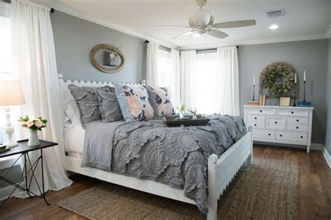 how to choose bedding for the guest bedroom must be carefully thought about so as not to clash colors if the walls in the bedroom are painted a pale how to choose the farmhouse paint colors