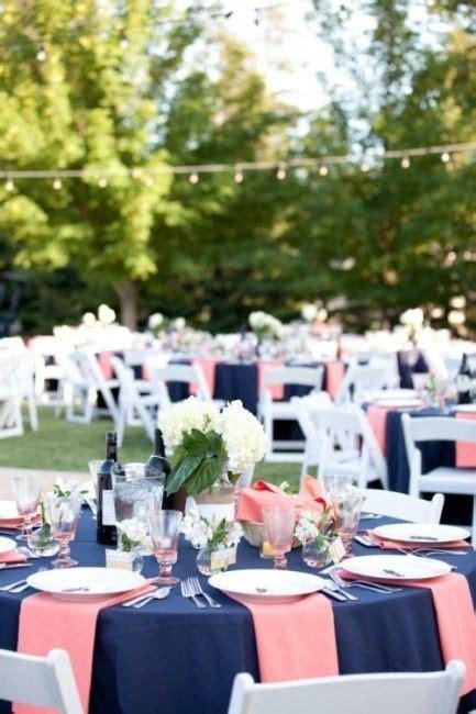 mariage bleu marine  corail la decoration mariage en