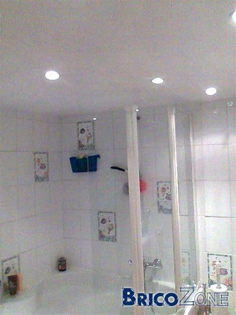 spots encastr 233 s au plafond de la salle de bains