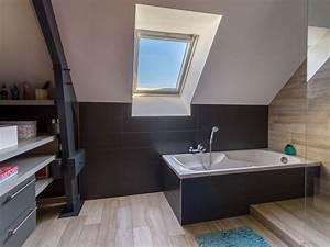 une salle de bains sous pente ou tous les espaces sont With salle de bain sous pente