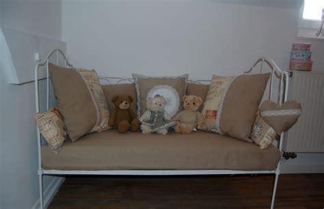 lit transformé en canapé le petit lit de bebe s 39 est transformé couleurs cagne