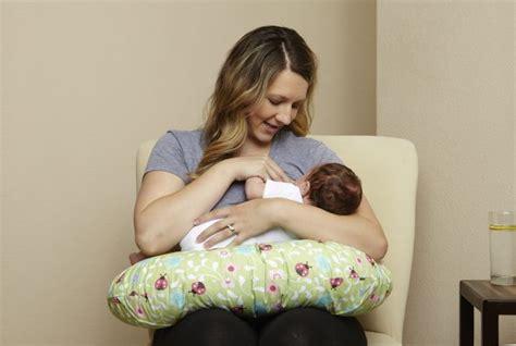 Posizioni Cuscino Allattamento Come Usare Il Cuscino Da Allattamento Mamma Felice