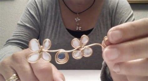 Vídeo: Cómo hacer un colgante en forma de flores con