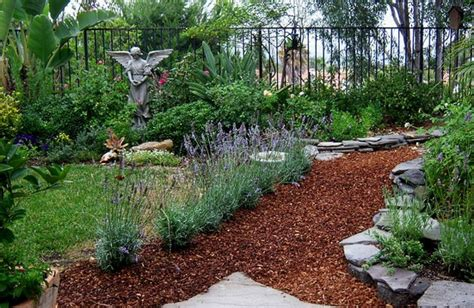 beautiful examples  incorporating mulch  landscaping