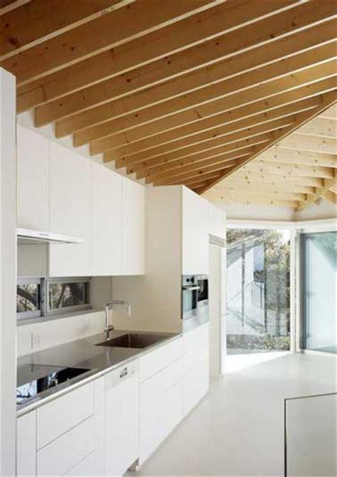 astuce de cuisine cuisine blanche déco design et plafond avec poutres en chêne