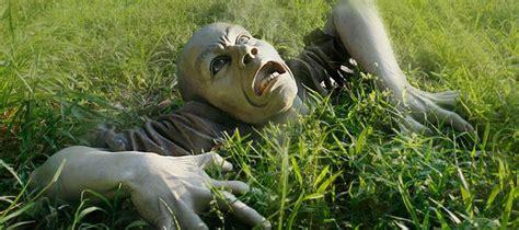 ce zombie de jardin est une sculpture  vraie  nature