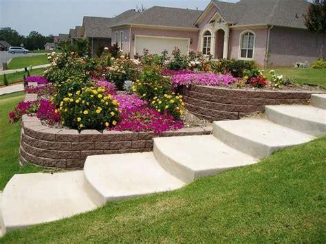 Sloped Backyard Landscaping Ideas by Best 25 Sloped Front Yard Ideas On Garden