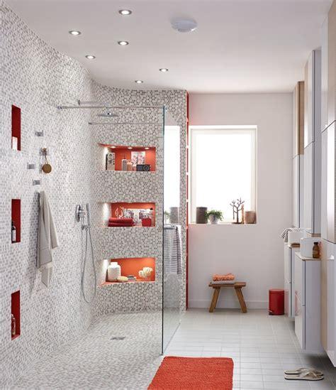 Une Grande Douche à L'italienne Avec Des Touches De Orange