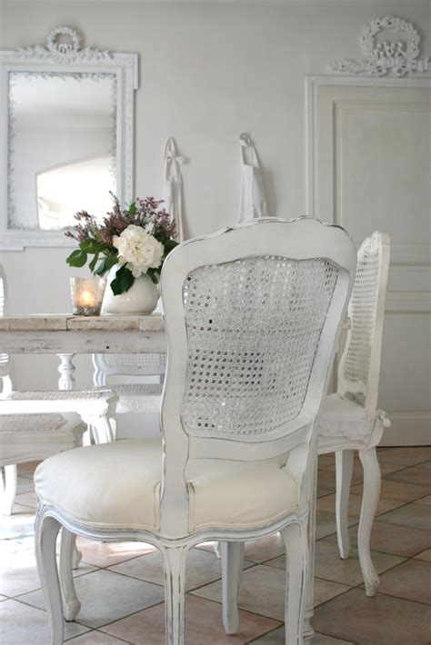 chambre style gustavien chaise cannée blanche inspiration shabby