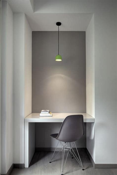 bureau blanc et gris idée déco un petit bureau blanc devant un mur gris