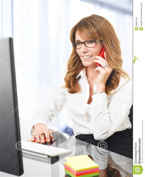 femme de bureau femme d 39 affaires de sourire au téléphone dans le bureau