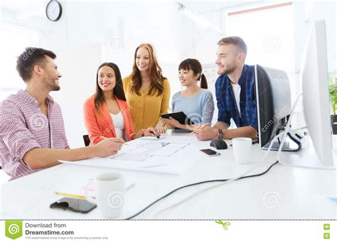 equipe bureau équipe ou étudiants créatifs heureux travaillant au bureau