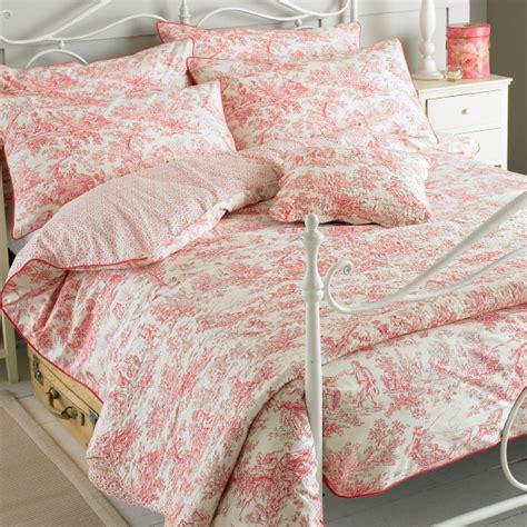 toile de jouy cotton quilt bedding toile de jouy quilt paoletti canterbury tales toile de jouy en pur coton