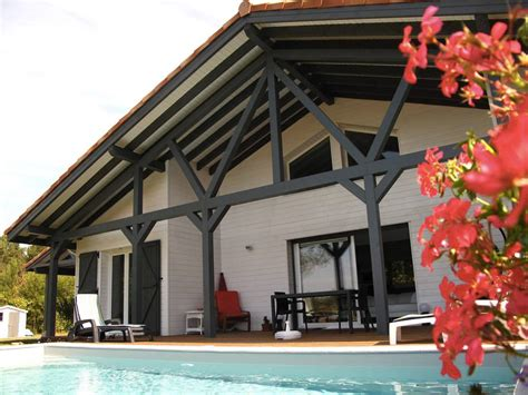 cuisine blanche ouverte sur salon maison bois typique landaise par alaya la maison bois par maisons bois com