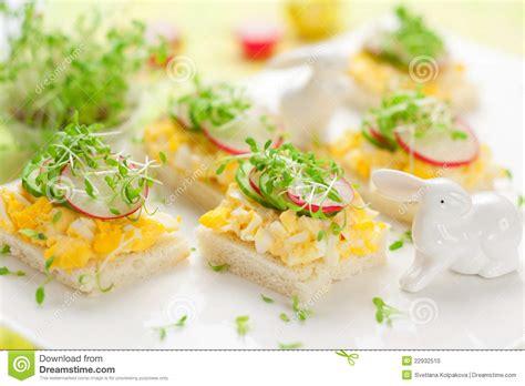 canape oeuf canape avec l 39 oeuf le concombre les radis et le cresson