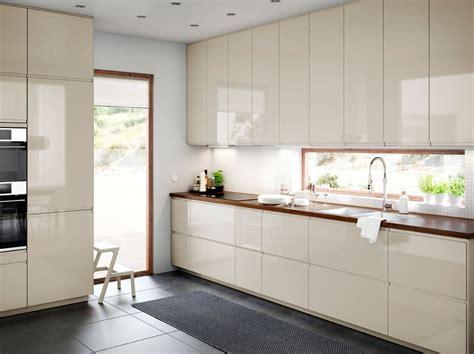 plan cuisine design cuisine de taille moyenne avec portes et tiroirs en beige
