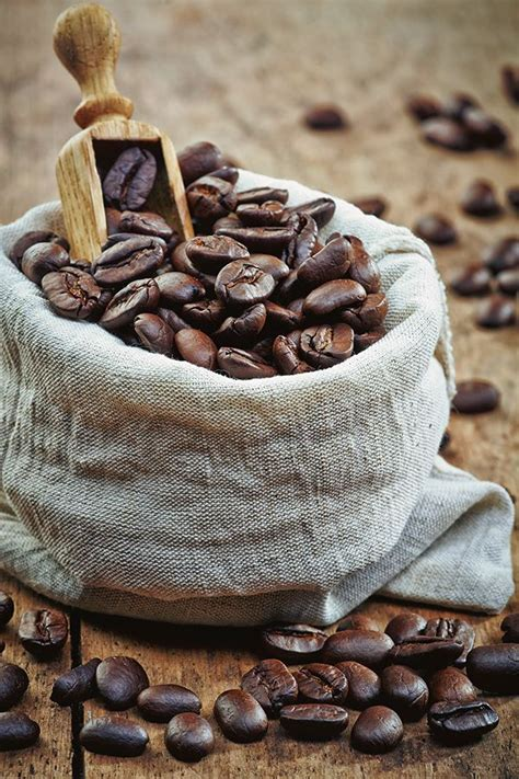 Placing 5 coffee beans in a keg will make coffee. Coffee beans on Behance | ♕ TEMPTATIONS ♕ - Koffie, Koffiebonen en Koffie hoekje