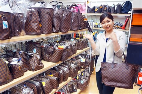 foreign tourists buying  hand brand goods  japan  quickly growing  number