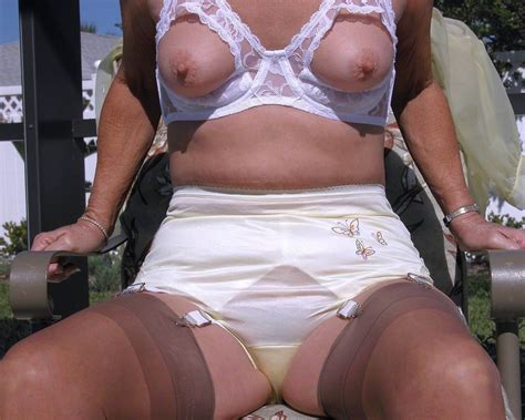 Sexy Milfs Posing In Girdles And Stoskings Porn Pictures