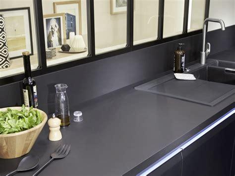 cuisine grise plan de travail noir relooking industriel dans la cuisine joli place