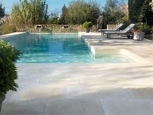 Une plage en pierre reconstituee pour un aspect naturel for Contour de piscine en pierre 9 quel sol pour ma terrasse visitedeco
