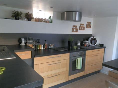 plan meuble cuisine cuisine bois et plan de travail noir cuisine